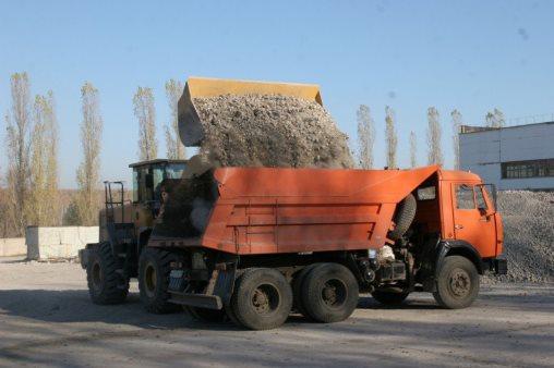Погрузка грунта в КаМАЗ перед вывозом